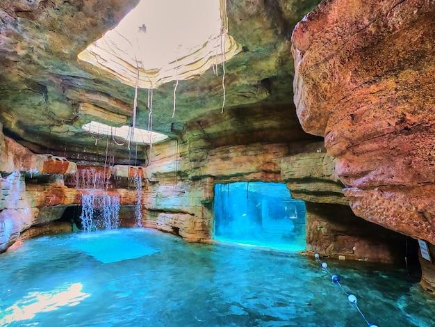 水族館の隣にある地下の人工滝の画像