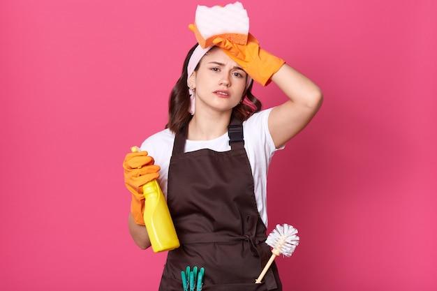 화가 피곤 주부의 이미지 주머니에 플런저와 핀 갈색 앞치마를 드레스