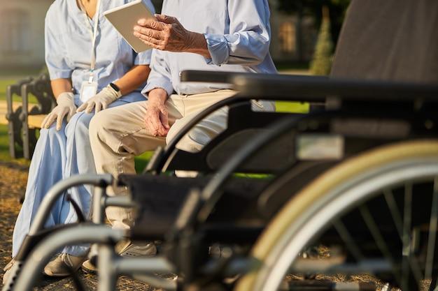 노인 남녀 의료 종사자 앞에서 휠체어의 이미지