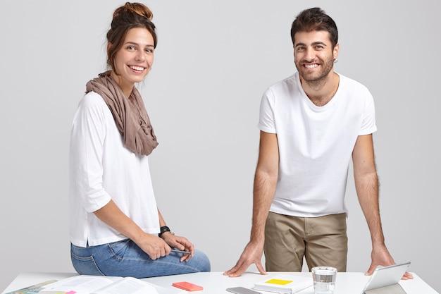 여성과 남성 건축가의 이미지가 공동 프로젝트를 위해 협력합니다.
