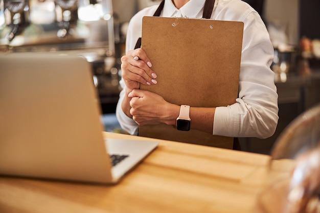 Изображение администрации рабочего места кофейни