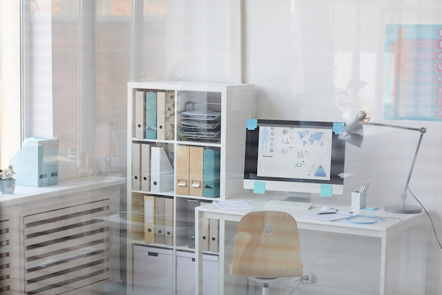 의사의 사무실에서 화면에 의료 프리젠 테이션과 컴퓨터와 직장의 이미지