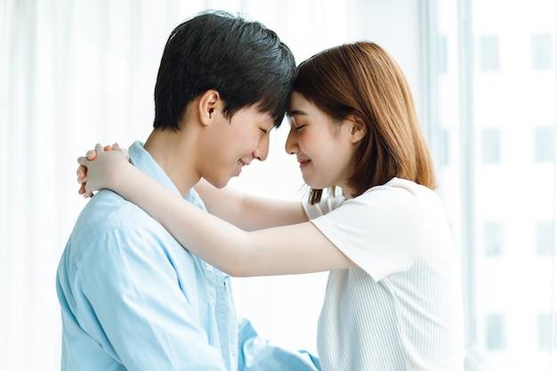 感情的に幸せな若いアジアのカップルの画像