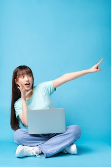 青の若いアジアの女の子の画像