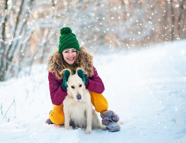 Изображение молодой девушки с собакой