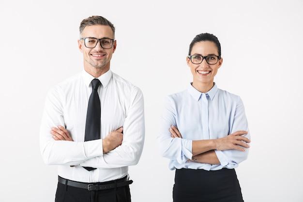 Изображение молодой счастливой пары коллег по бизнесу, изолированной над белой стеной.