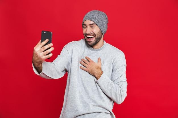 수염과 콧수염 서있는 동안 스마트 폰을 들고 젊은 남자 30 대의 이미지, 절연