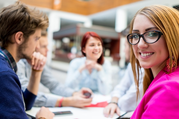 ブレーンストーミングとアイデアを議論する若いパートナーのイメージ