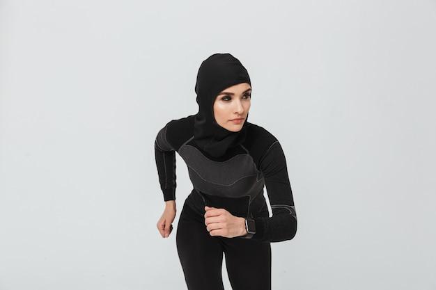 고립 된 운동을 하 고 젊은 여성 피트 니스 이슬람의 이미지