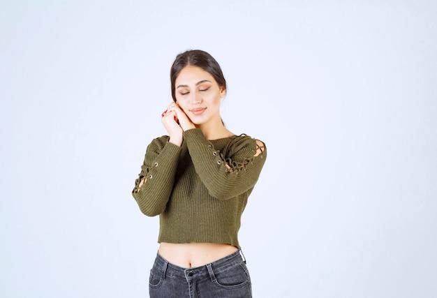 흰색 바탕에 평화롭게 자 고하는 젊은 여자의 이미지.