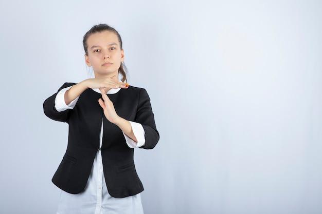 서 고 흰색 배경에 포즈 젊은 여자의 이미지. 고품질 사진
