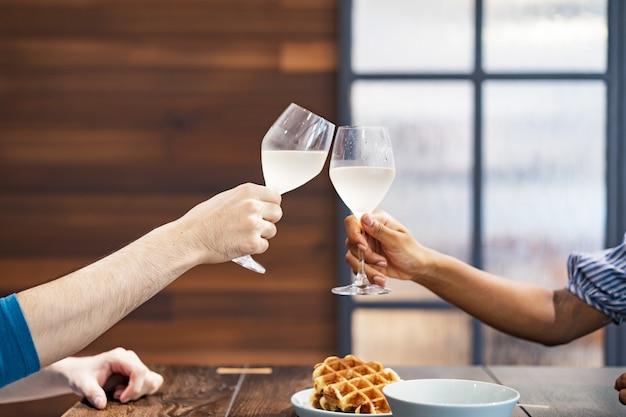 Имиджевый снимок тостов мужчины и женщины