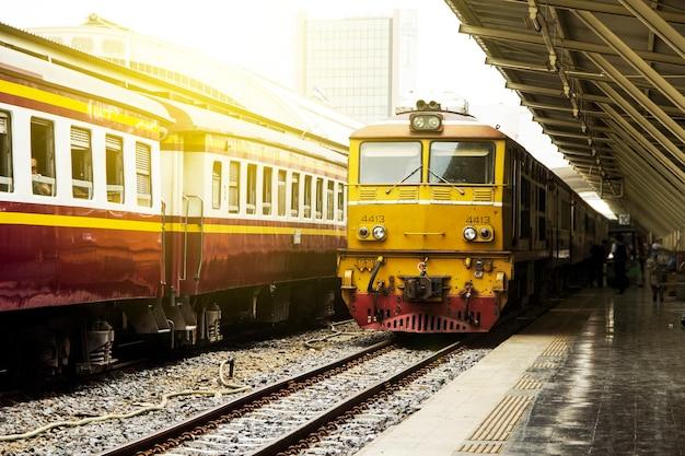 Изображение ретро старинные стиль остановки поезда на общественном вокзале бангкок таиланд.