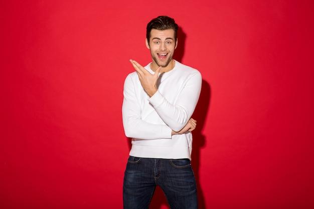 Immagine dell'uomo felice sorpreso nello sguardo del maglione