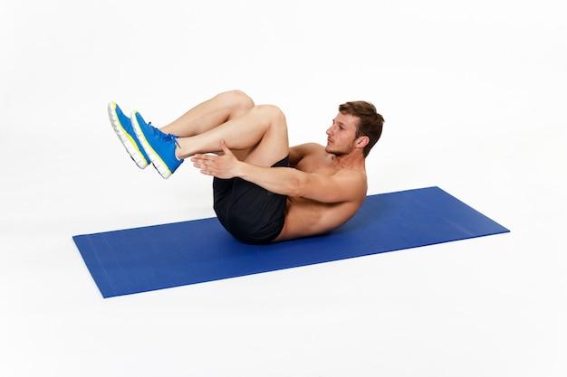 복근 운동을하는 강하고 맞는 운동 선수 젊은 남자가있는 이미지