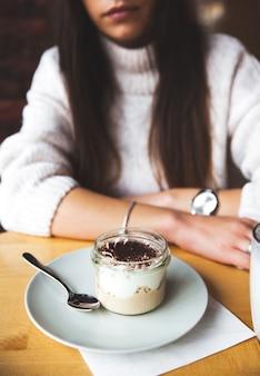 アイスクリームレストランのクローズアップの肖像画を食べることを楽しんでいる画像女性美少女