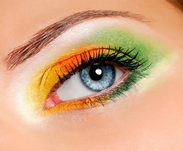 Immagine dell'occhio della donna con trucco cerimoniale
