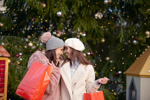 Immagine di donne innamorate nel periodo natalizio
