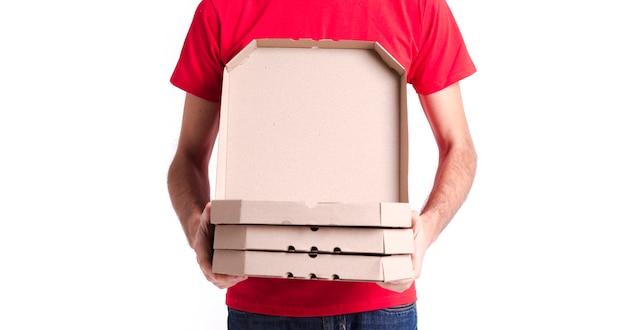 Immagine di un giovane uomo di consegna e scatole colpo medio
