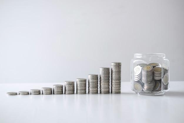 Изображения ростовых монет и стеклянной бутылки (денежного ящика) для планирования шага и сбережений, экономии денег для будущего плана и концепции пенсионного фонда