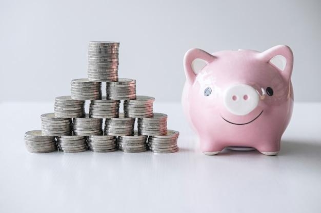 Изображения стопки монет и розовой улыбающейся копилки для выращивания и сбережений с копилкой, экономии денег для будущего плана и концепции пенсионного фонда