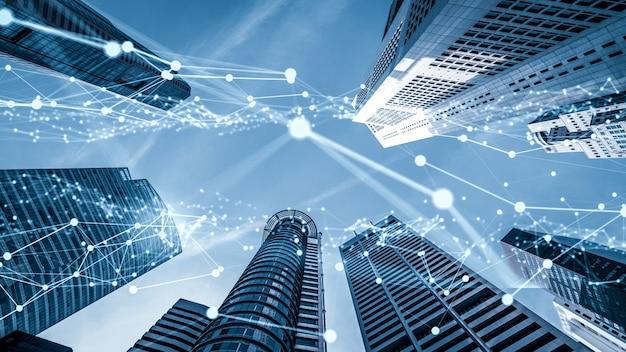Воображающий визуальный умный цифровой город с абстрактным графическим изображением глобализации, показывающим сеть связи