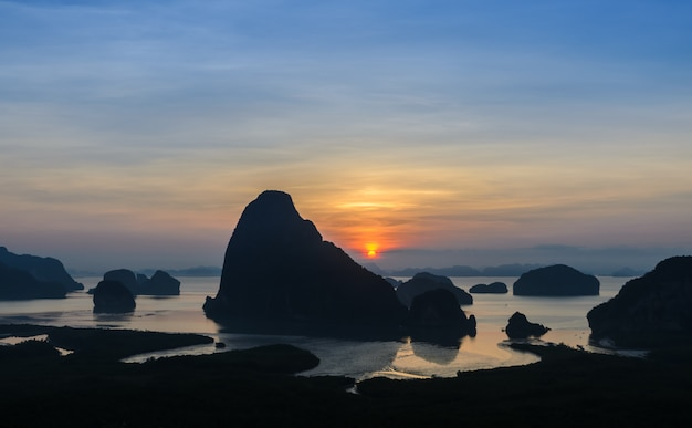 日の出、タイのパンガー湾でimestoneカルスト風景のシルエット