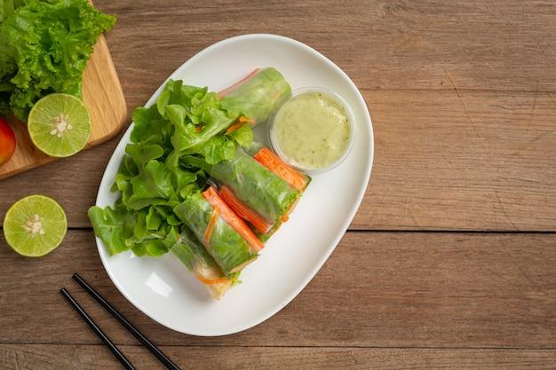 Имитация крабовой палочки, салат из свежих овощей, рулетики
