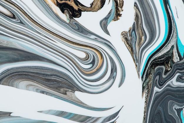 모조 대리석 액체 잉크. 흰색 표면에 밝은 파란색 색조와 유체 예술 배경. 캔버스에 아크릴 물감의 추상 마블링 효과. 혼합 색상으로 마법의 질감입니다. 현대적인 인테리어 디자인