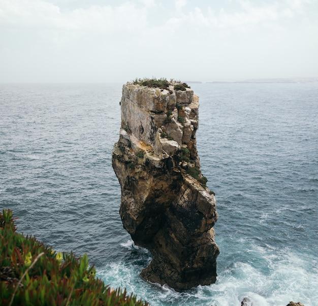 ポルトガル、ペニシェの波状の海の景色を望む巨大な岩層