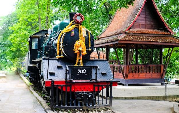 Памятник императорской японской армии поезду второй мировой войны на вокзале сай йок ной, таиланд