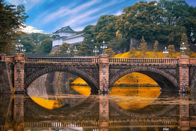 Императорский дворец и мост nijubashi в дневное время в токио, япония.