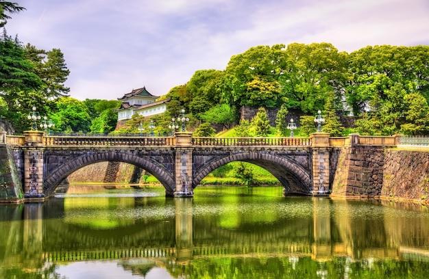 Императорский дворец с мостом нидзубаши в токио, япония
