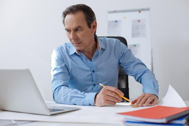 あなたのアイデアを実装します。テーブルに座って、オフィスに座っている間、青写真を描く快適なプロのエンジニア