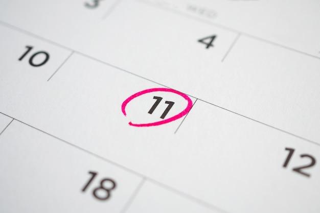 흰색 달력 페이지 날짜에 중요한 약속 일정 쓰기 닫기