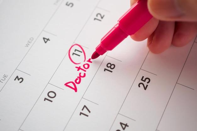 Важный график приема врача написать на белой странице календаря дату крупным планом