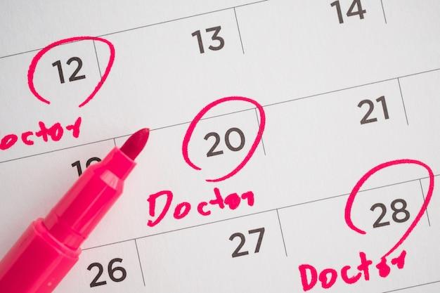 重要な医師の予約スケジュールは白いカレンダーに書く