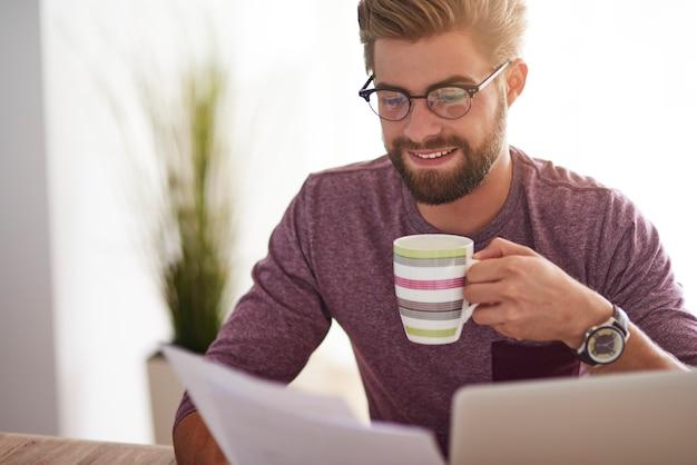 重要な書類と一杯のコーヒー