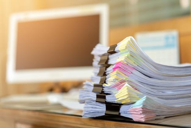 사무실의 책상에 놓인 중요한 서류.
