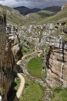 Внушительный каньон шукто (извилистый) является геологическим образованием