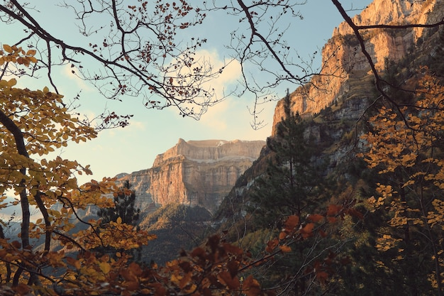 山々と太陽の光の印象的な景色。ピレネー山脈のオルデサイモンテペルディド自然公園