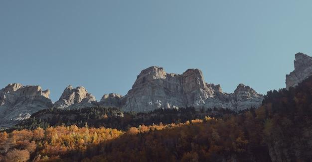 산과 태양 광선의 인상적인 전망