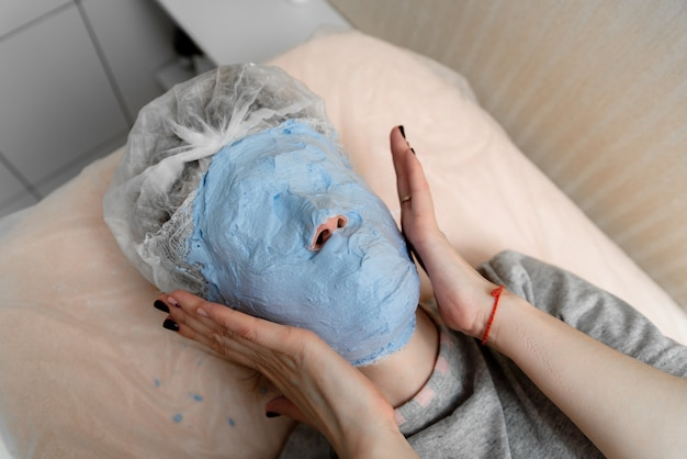 The imposition of a gypsum mask in cosmetology.