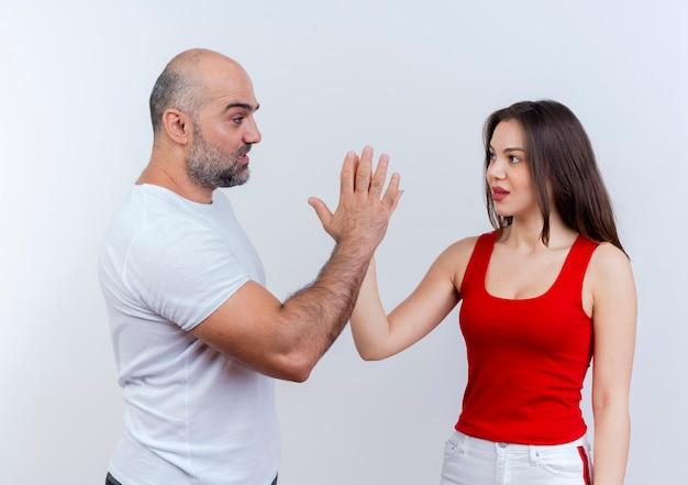 서로의 손을 만지고 서로를보고 감동 성인 커플