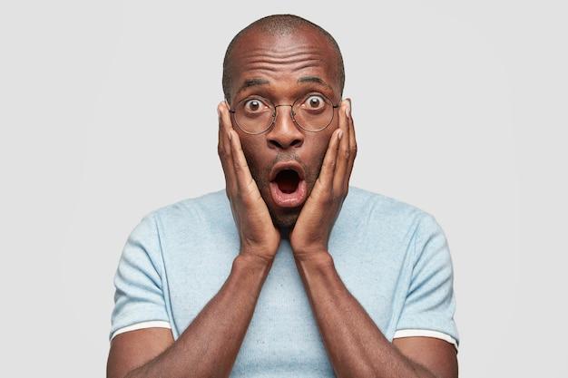 У впечатленного изумленного мужчины-афроамериканца отвисла челюсть