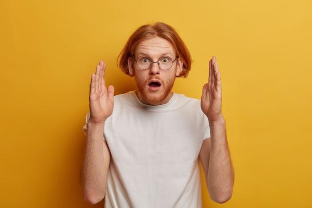 感動したショックを受けた赤毛の男性は何か大きな形をしています