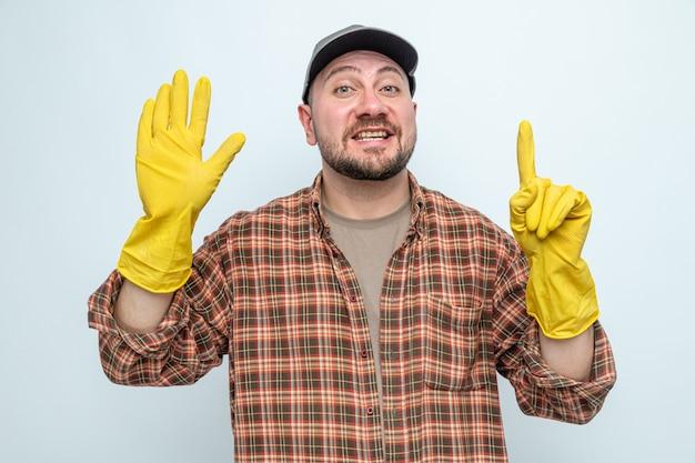 指で6を身振りで示すゴム手袋で感銘を受けたスラブクリーナー男