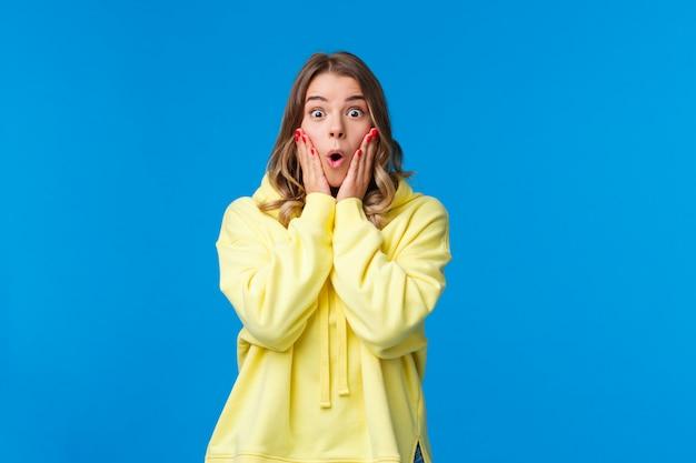 Впечатленная безмолвная молодая белокурая женщина с открытым ртом уставилась на испуганную камеру и говорила: «ничего себе!