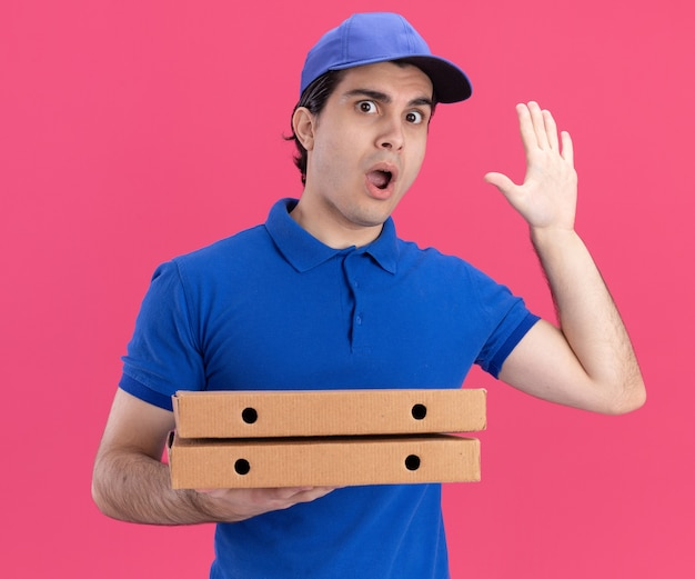 青い制服と帽子を持った若い配達人に感銘を受けました。