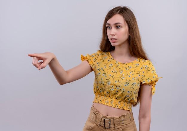 Впечатленная молодая девушка, указывающая на левую сторону